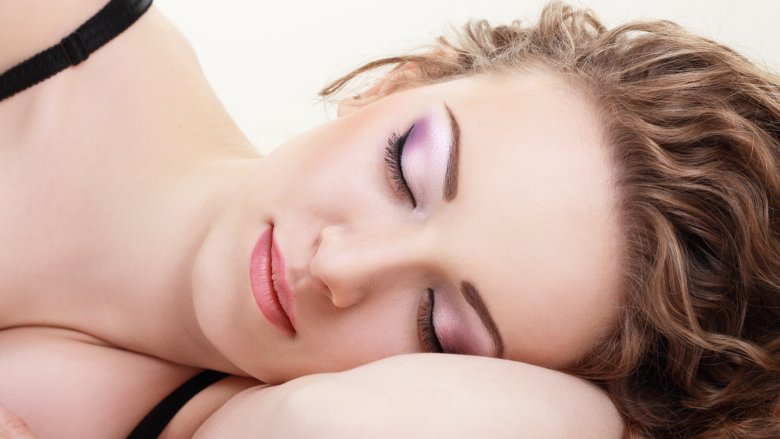 5 Akibat Menyeramkan Bila Tidak Membersihkan Wajah Sebelum Tidur Malam image