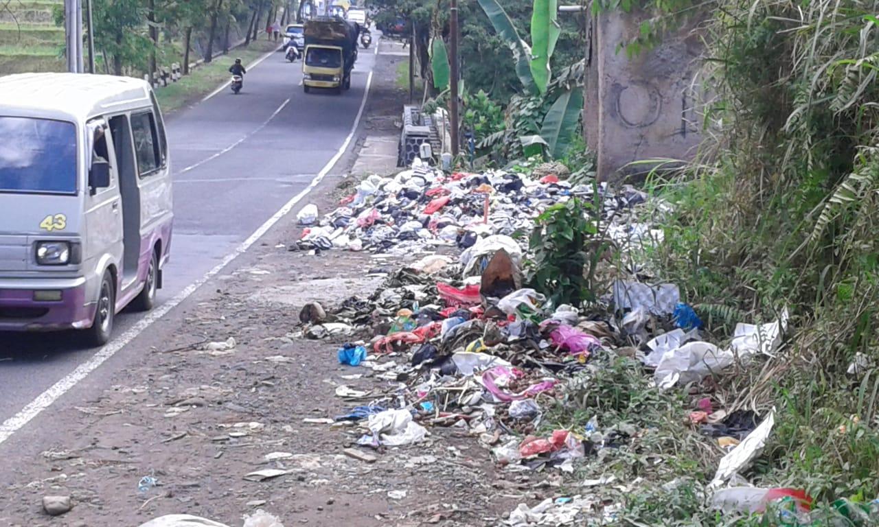 Sampah Berserakan Di Pinggir Jalan Raya Cijoho Warungkondang