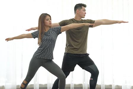 Manfaat Yoga Bareng Pasangan