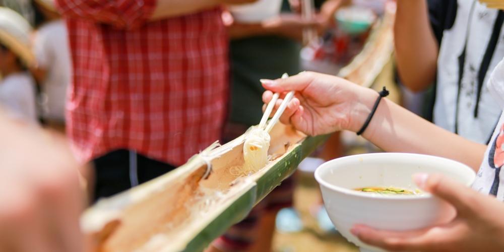 Nagashi Somen: Tradisi Memakan Mi yang Meluncur di Bilah Bambu image