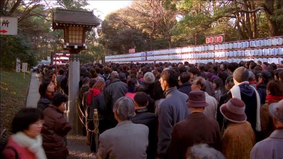 Orang-orang menuju Kuil Meiji Jingu