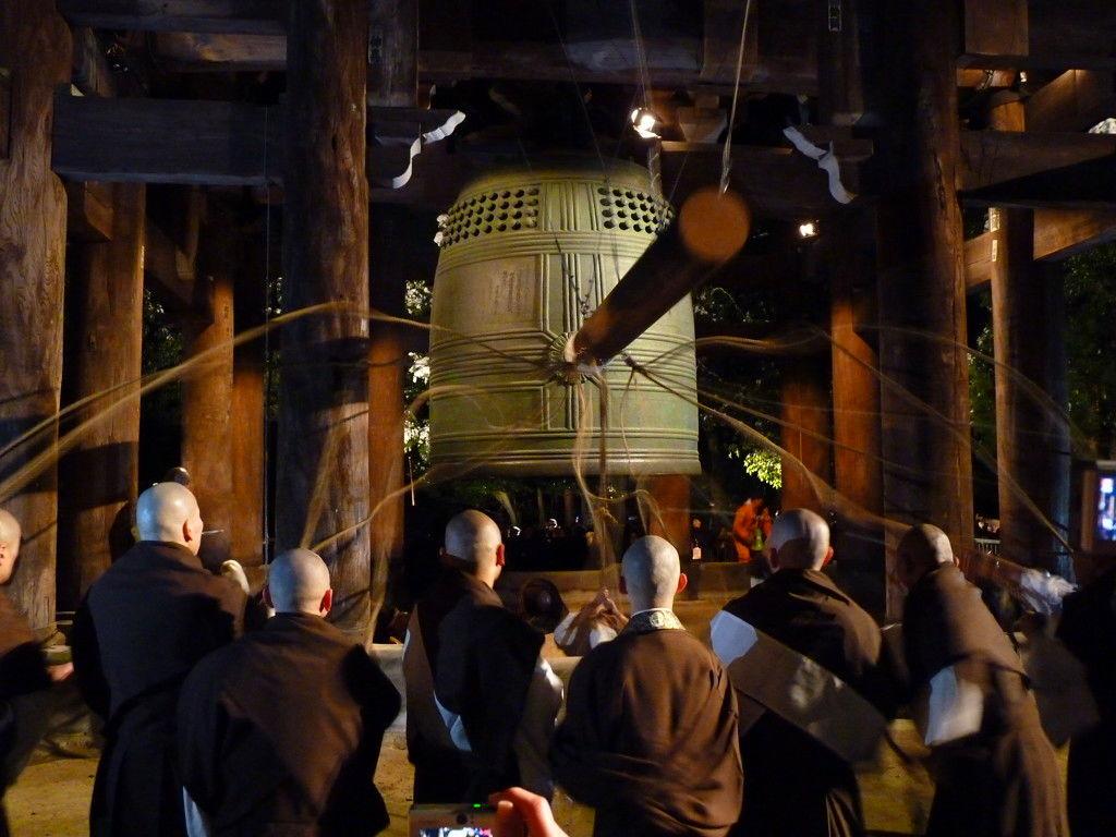 Lonceng yang sedang dibunyikan di Kuil Zojoji