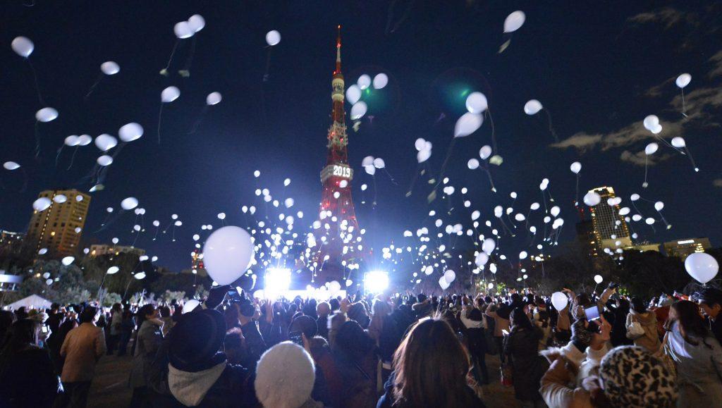 Orang-orang merayakan malam tahun baru di Menara Tokyo