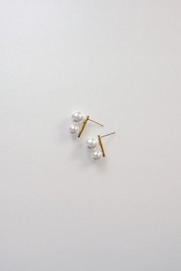 Deck Earrings in White Pearls